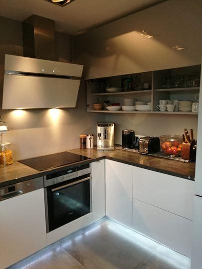 Zabudowa kuchenna z automatycznymi frontami