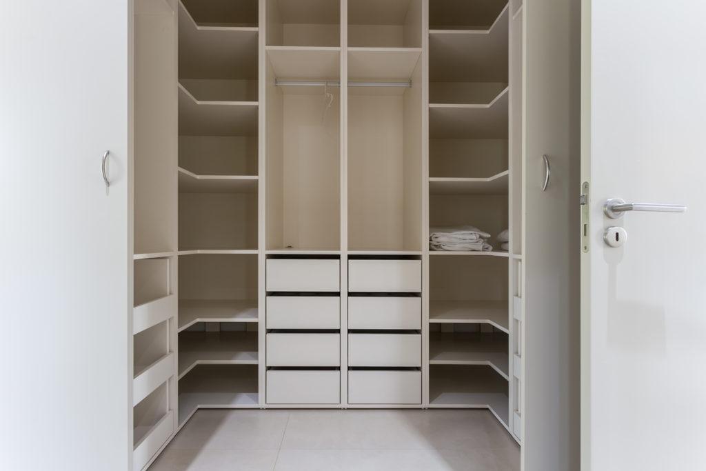 Garderoba na wymiar w kolorze białym